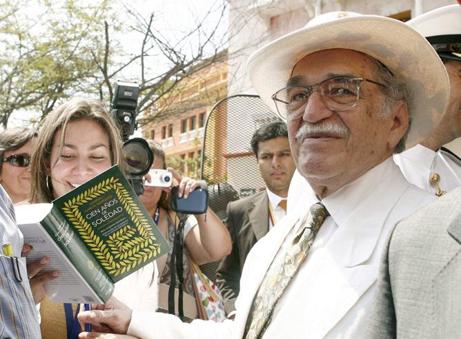 """Fotografía de archivo del 26/03/07 del Premio Nobel de Literatura Gabriel García Márquez, firmando ejemplares de la edición especial de su obra """"Cien años de soledad"""", en Cartagena donde inauguró el IV Congreso Internacional de la Lengua. García Márquez ha muerto hoy en México"""