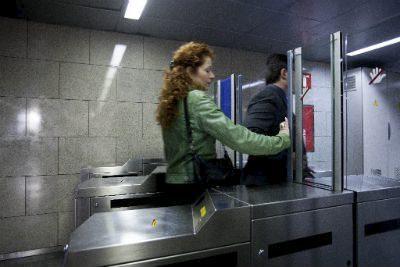 Ferrocarrils de la Generalitat vol evitar el frau dels que es volen colar enganxats a l'esquena d'un viatger que sí ha pagat