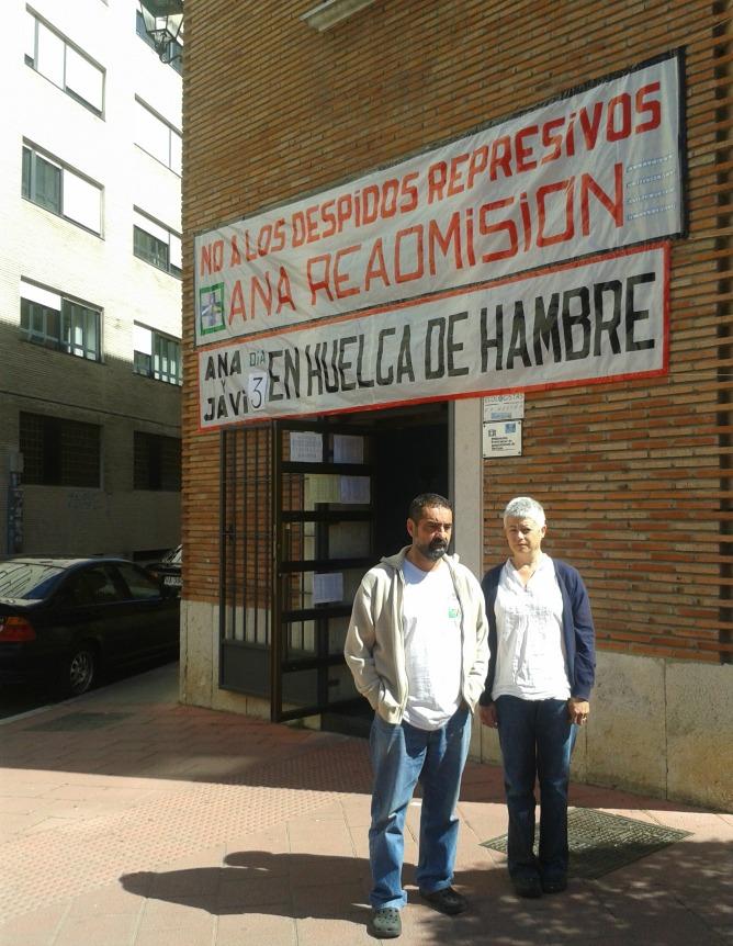 Javi y Ana ante la sede de la Federación de Vecinos, donde mantienen la huelga de hambre
