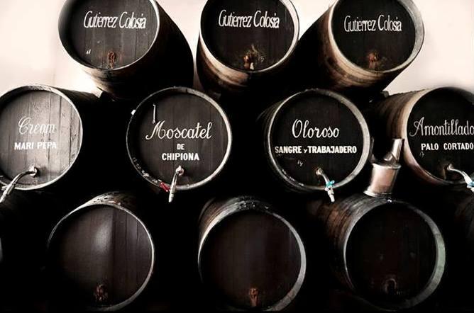 Muchos vecinos de El Puerto de Santa María se acercan al despacho de vinos de Gutiérrez Colosía para rellenar sus botellas con fino u amontillado.