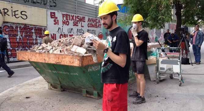 """El portavoz del colectivo de Can Vies, que se hace llamar """"Pau Guerra"""", también participa en los trabajos de desescombro de la antigua capilla"""