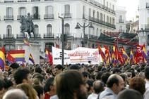 Varias personas portan banderas republicanas durante una concentración en la Puerta del Sol de Madrid a favor de la República