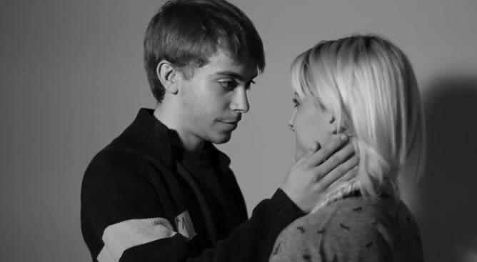 En este experimento audiovisual se les pidió a 20 desconocidos que eligieran a alguien de la sala para mirarlo fijamente a los ojos y se dejaran llevar.