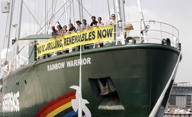 Varios miembros de la tripulacion del Rainbow Warrior posan en la proa del barco tras su llegada al puerto de Valencia