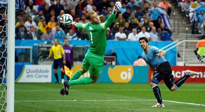 El delantero uruguayo, en la acción con la que abrió el marcador en el Uruguay-Inglaterra de la fase de grupos del Mundial de Brasil.