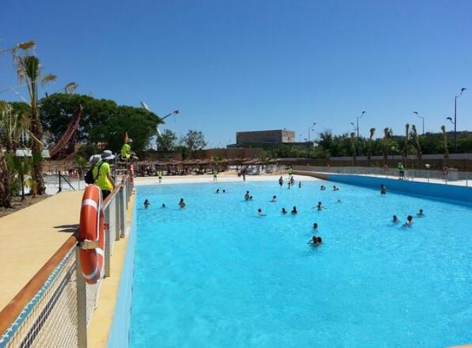 Isla m gica abre su piscina de olas radio sevilla for Piscine sevilla