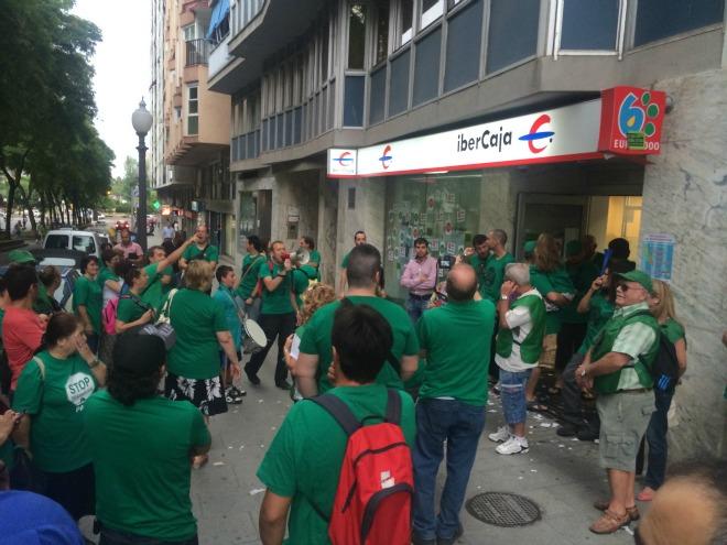 La pah de tarragona ocupa l 39 oficina d 39 ibercaja de la for Oficinas de ibercaja en barcelona