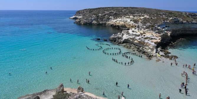 SOS en la Playa del Conejo, en Lampedusa, a escasos 900 metros del lugar donde se produjo la mayor tragedia de la inmigración, en octubre de 2013