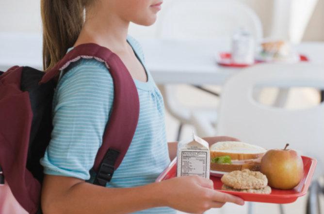 Menor en un comedor escolar | GETTY IMAGES
