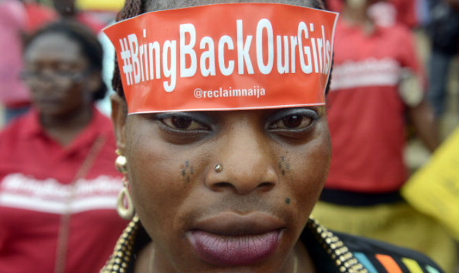 Una mujer con el eslogan 'Bring back our girls' en protesta