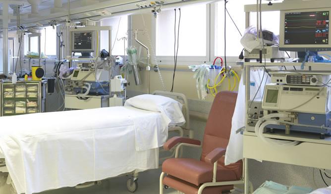 Cama vacía en un hospital