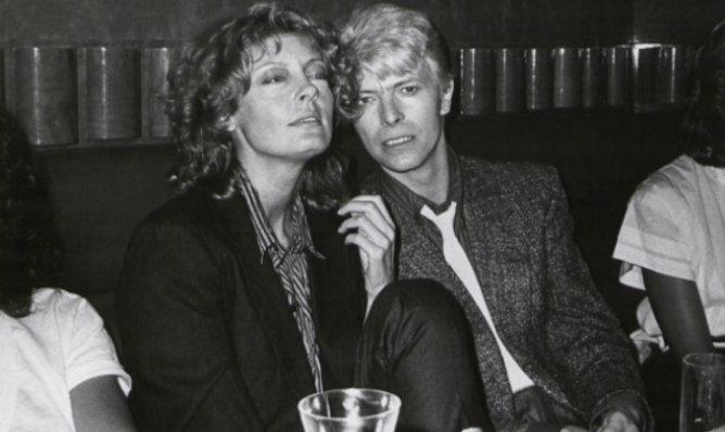 El cantante, músico y actor David Bowie junto a la actriz Susan Sarandon en 1983