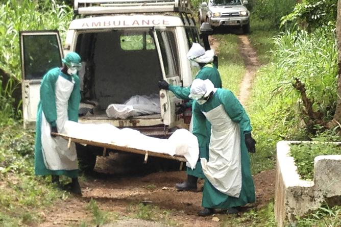Enfermeros transportan el cuerpo de una víctima del virus del ébola en Kenema (Sierra Leone)