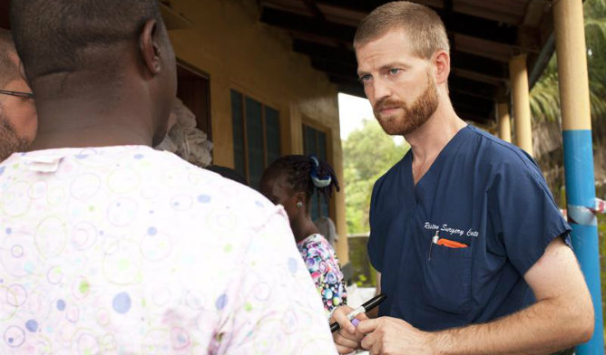 El doctor Kent Brantly trabajando en un tratamiento contra el Ébola el 23 de junio de 2014, en Foya (Liberia).