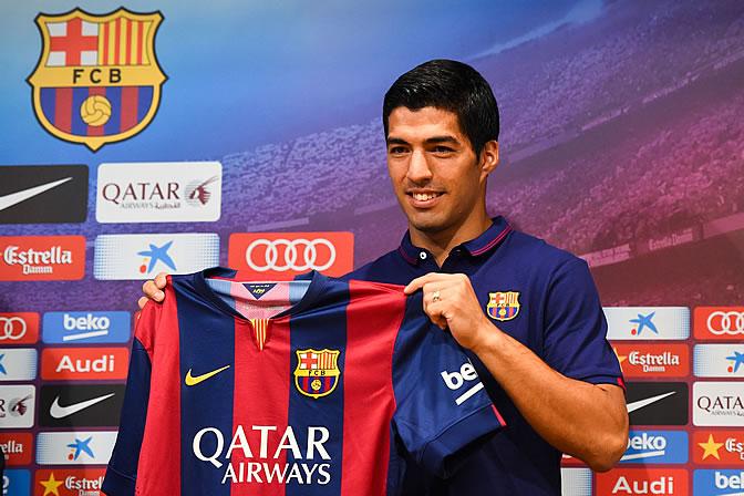 Luis Suárez sostiene la camiseta del Barça en su presentación como jugador del equipo catalán