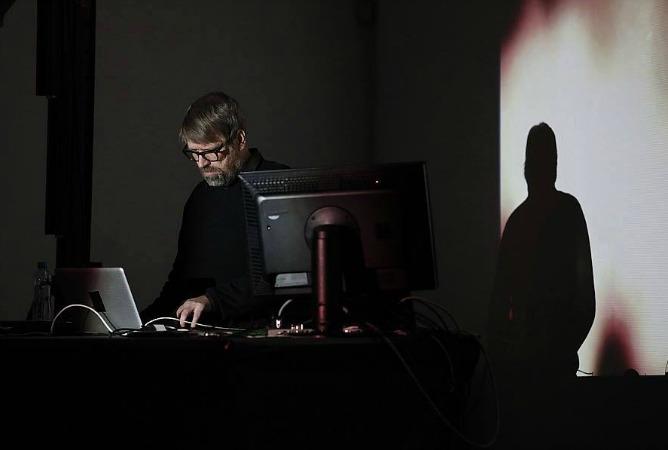 El artista sueco, Amders Weberg, trabajando en uno de sus proyectos.