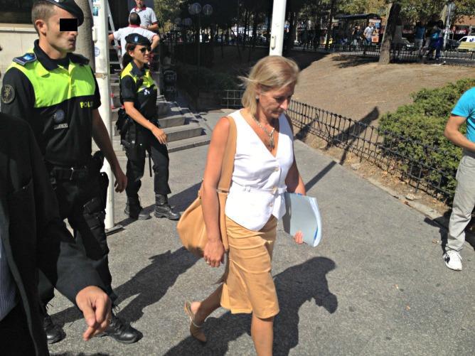 Ana Gomendio a su salida de los juzgados de Plaza de Castilla esta mañana