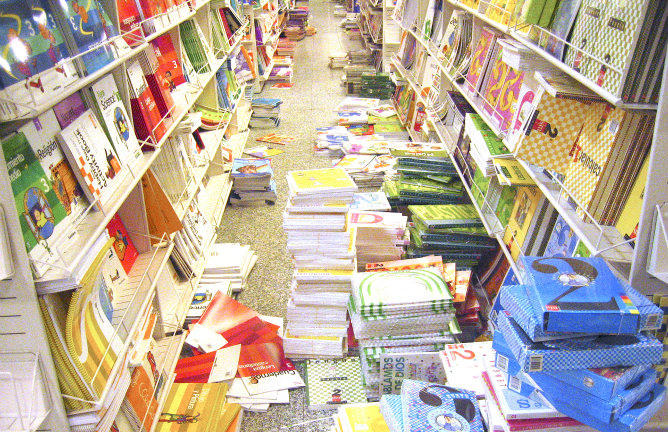 Diversos libros de texto en una librería