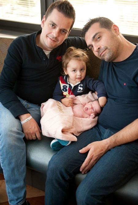 Javier Cantero -cofundador de 'Surrobaby'- y su marido junto a sus dos hijas, Victoria e Irene