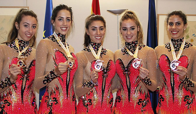 Artemi Gavezou, Alejandra Quereda, Sandra Aguilar, Elena López y Lourdes Mohedano posan con sus medallas