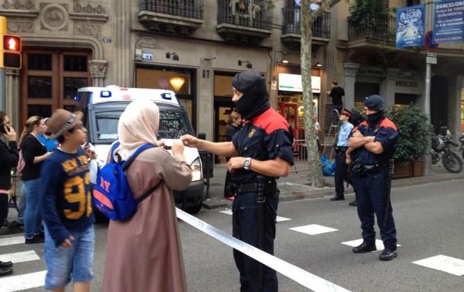 Los Mossos establecieron ayer un cordón de seguridad de varias calles alrededor de la Delegación del Gobierno en Cataluña para evitar manifestaciones
