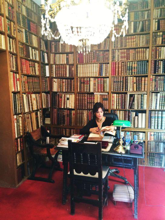 Alicia Bardón revisa la última adquisición de la librería