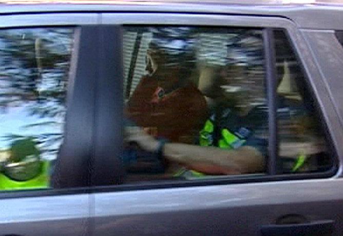 Foto sacada de un video de EFE TV en el que se ve a Oleguer Pujol, hijo menor del expresidente catalán Jordi Pujol, junto a un policía en el asiento trasero de un coche