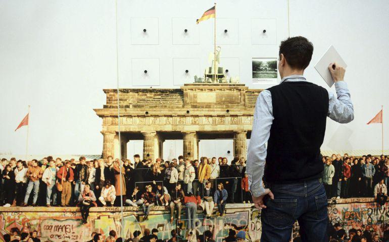 """Un hombre lee un pie de foto que forma parte de una obra de arte interactiva durante el evento """"9 de noviembre de 1989 - 25 años de revolución pacífica"""" en Berlín,"""