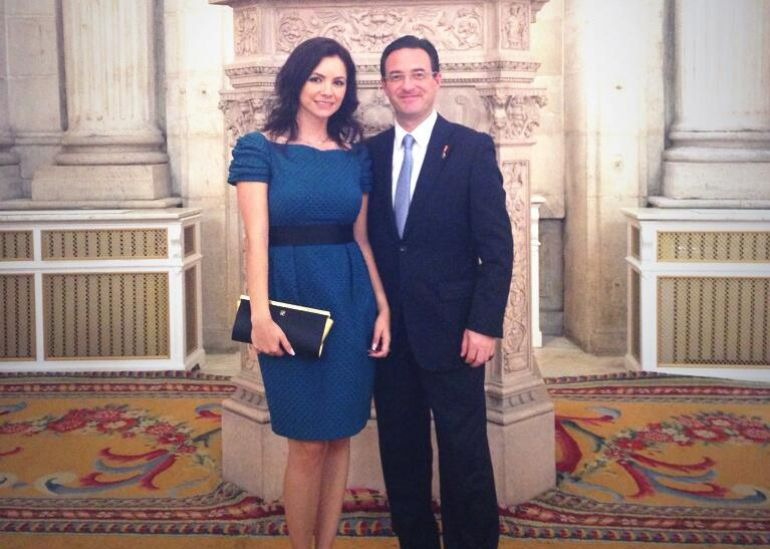 El diputado del PP, Carlos Muñoz, junto a Olga María en la proclamación de Felipe VI