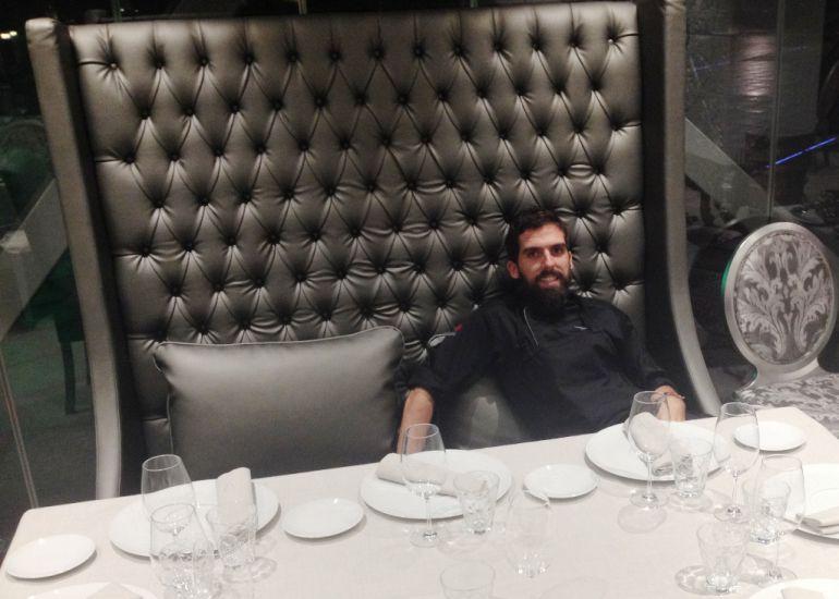 Carlos Medina, concursante de la segunda edición de Top Chef, en una de las mesas del restaurante madrileño Welow.