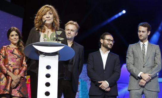 """Varios miembros del equipo de la serie """"El tiempo entre costuras"""", recogen el Premio Ondas."""
