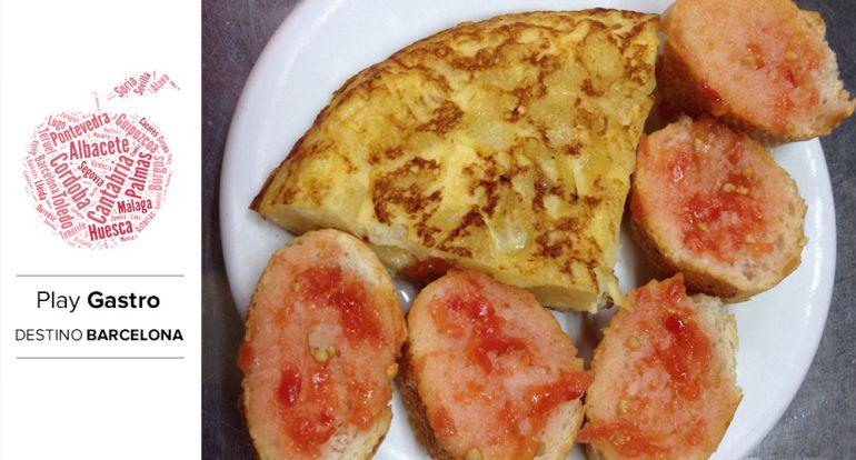 Pincho de tortilla servido en un bar del Mercat de l'Estrella de Barcelona.