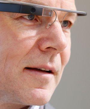 Un hombre utiliza las Google Glass durante el Eurobest festival, en Finlandia