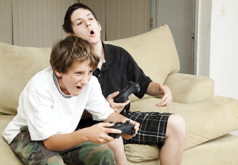 Dos niños jugando a la Play Station
