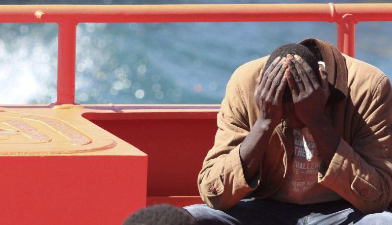 Un inmigrante rescatado de una patera en una imagen de archivo.