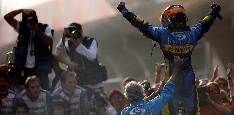Fernando Alonso, celebrando su primer título.
