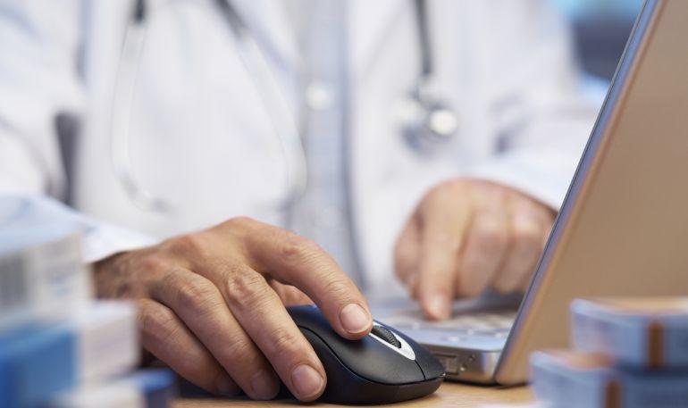 Imagen de un doctor pasando consulta (Foto de archivo)