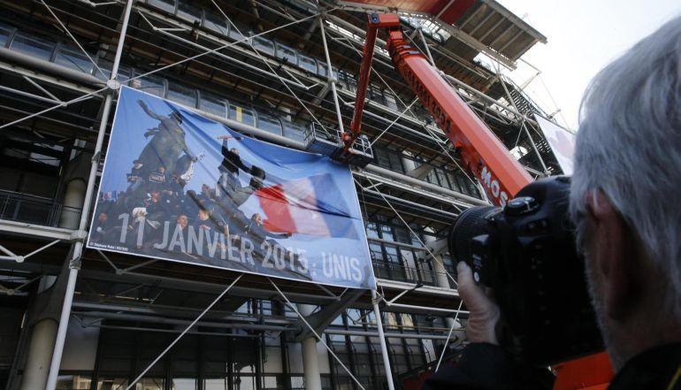 Pancarta en el centro Pompidou de París