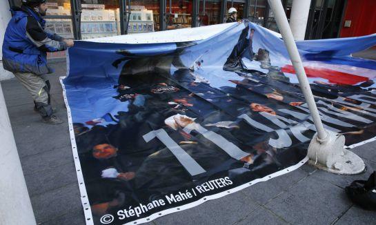 Pancarta en homenage a los manifestantes del 11 de enero y a las víctimas de los atentados en París