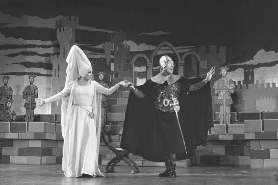 Amparo Baró junto a Manolo Gómez Bur representando la obra 'La venganza de don Mendo' (1978)