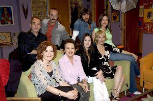 La actriz Amparo Baró junto a algunos de sus compañeros en la serie 'Siete vidas'