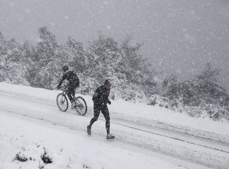 Un corredor practican deporte en medio de una fuerte nevada en el alto de San Cristobal (861 m), en las cercanias de Pamplona