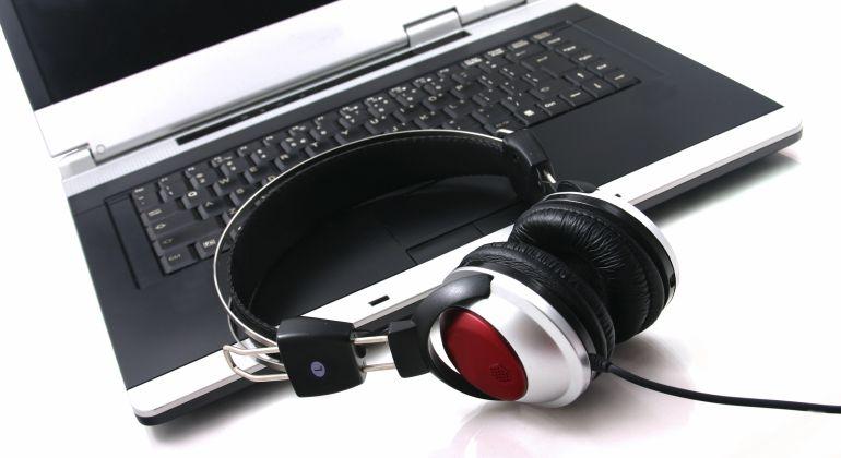 Unos cascos para esuchar música en el ordenador