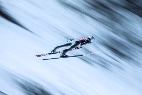 SIS100 NIZHNIY TAGIL (RUSIA) 12/02/2015.- Instantánea captada por el fotógrafo de la agencia European Pressphoto Agency (EPA) Sergei Ilnitsky que ha ganado el segundo premio World Press Photo 2014 en la categoría de Historias deportivas, según anunció hoy, jueves 12 de febrero de 2015, el jurado de la 58 edición de los premios más importantes del fotoperiodismo mundial en Amsterdam (Holanda). La imagen muestra al saltador de esquí Marinus Kraus durante la Copa del Mundo de Saltos de Esquí celebrada en Nizhny Tagil (Rusia), el 12 de diciembre de 2014. EFE/SERGEI ILNITSKY