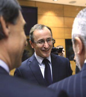 Alfonso Alonso charla con algunos consejeros autonómicos