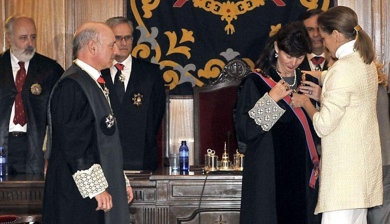 La presidenta de Castilla-La Mancha, María Dolores Cospedal, y el presidente del Tribunal Superior de Justicia de Castilla-La Mancha, Vicente Rouco (i), imponen la Gran Cruz de la Orden de San Raimundo de Peñafort a la magistrada Concepción Espejel Jorquera (c), en Albacete.