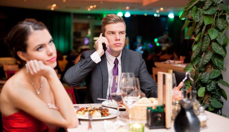 Esta imagen refleja la incomodidad del interlocutor cuando alguien saca su móvil en mitad de una comida