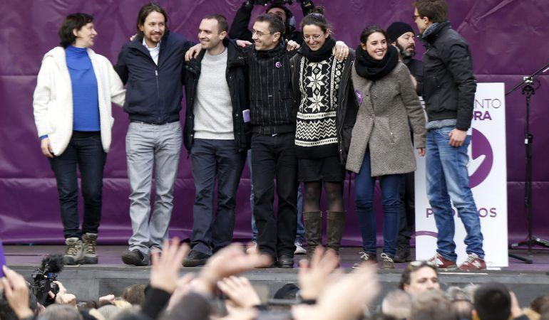El secretario general de Podemos, Pablo Iglesias, junto a otros miembros del partido como Carolina Bescansa, Luis Alegre, Juan Carlos Monedero e Íñigo Errejón, en la Puerta del Sol de Madrid