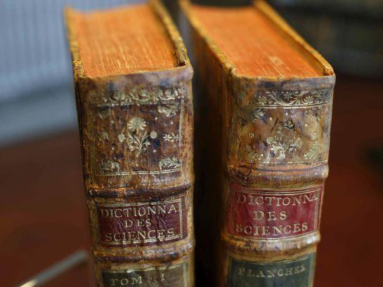 Dos de los 28 tomos de la primera edición de la Enciclopedia francesa que la Real Academia Española (RAE) compró en París en el último tercio del XVIII.