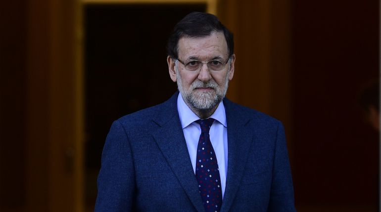 El presidente del Gobierno, Mariano Rajoy, en las puertas de la Moncloa